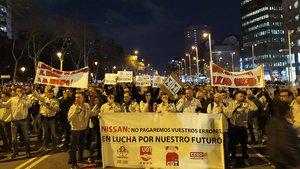 Unos 300 trabajadores de Nissan cortan la Diagonal de Barcelona este martes.