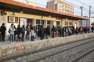 Usuarios de Rodalies esperan la llegada del tren, en la estación de Mollet del Vallès.