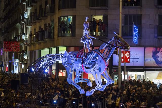 Cabalgata de los Reyes Magos en su paso por plaza Universitat