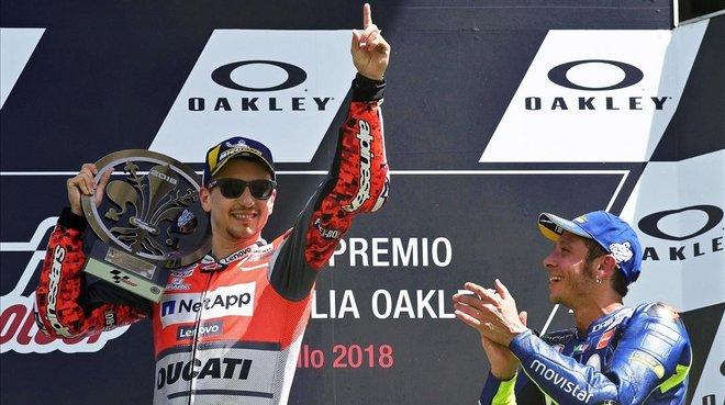Valentino Rossi (Yamaha), a la derecha, aplaude a Jorge Lorenzo (Ducati), tras la victoria del mallorquín en Mugello-2018.