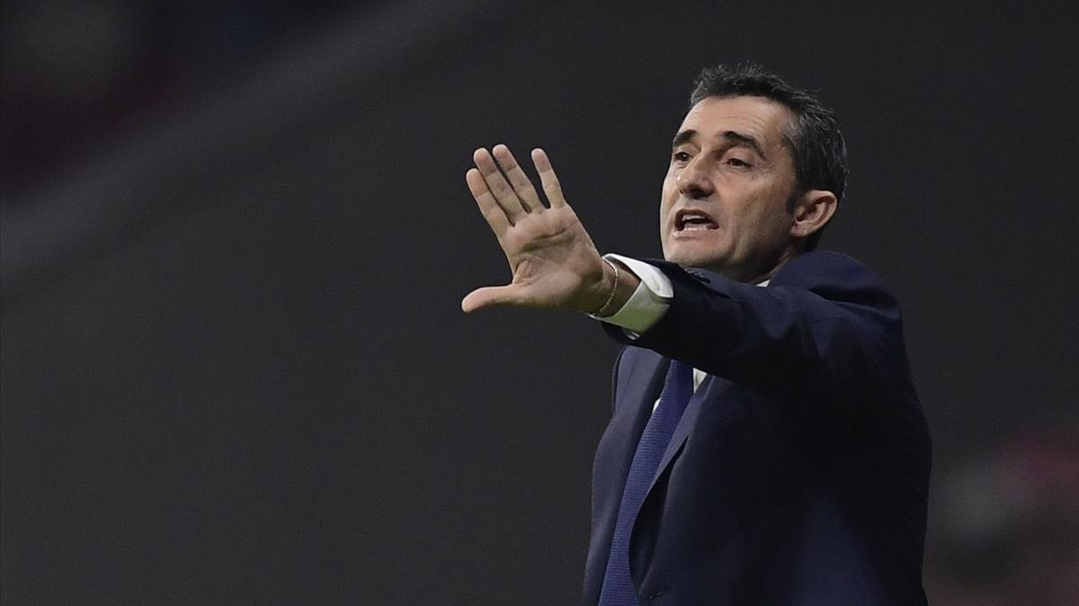 Valverde da instrucciones a sus jugadores en el Wanda Metropolitano.