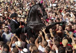 Un jinete en medio del gente en la celebración de Sant Joan en Ciutadella, Menorca.