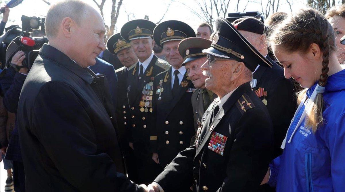 Vladimir Putin saluda a residentes en Crimea.