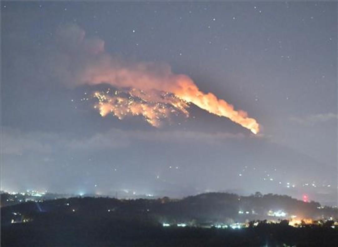 Un nuevo flujo de lava y cenizas provoca el pánico en Bali