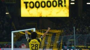 Witsel celebra un gol del Dortmund con su afición.