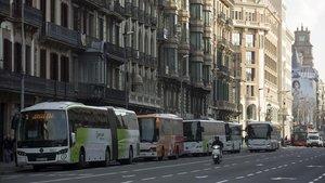 Cola de autobuses en la terminal callejera de la Ronda de la Universitat, en una foto del 2017.