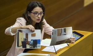 La vicepresidenta del Consell Monica Oltra muestra dos fotografias de los centros de menores denunciados.