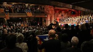 Estelades i llaços grocs en el concert de Sant Esteve de l'Orfeó Català