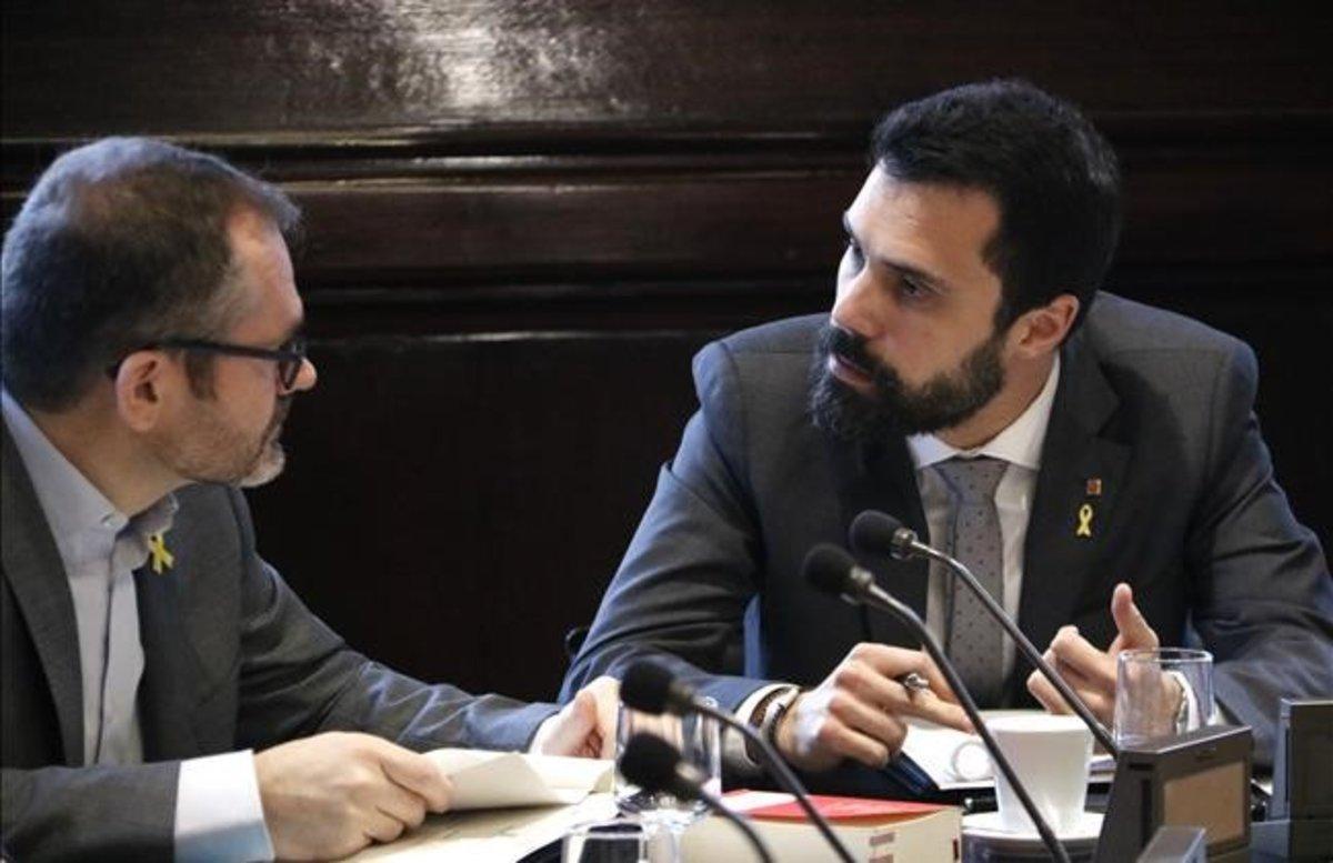 El presidente del Parlament, Roger Torrent, y el vicepresidente de la Cámara, Josep Costa.