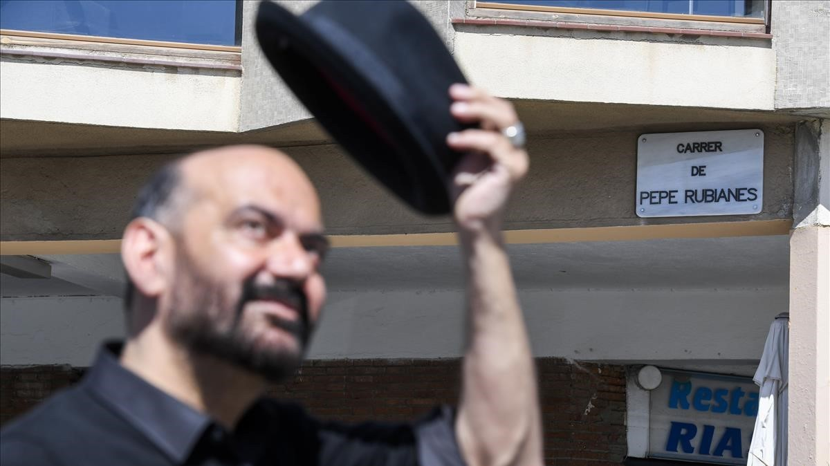 Corbacho se quita el sombrerofrente a la placa de la calle de Rubianes.