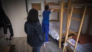 Ramón y su madre, María, en elpiso de Barcelonaen el quevive el joven.