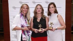 Maria Helena Antolin,Montse Marti yRocio Hervella, tras recibir sus premiosIWEC en Shanghai.