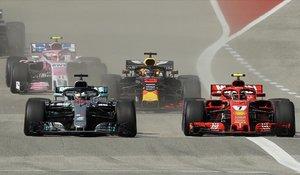 Instante en que Raikkonen adelanta con su Ferrari al Mercedes de Hamilton.