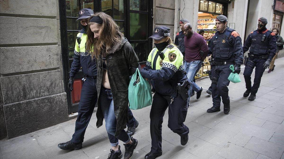 Uno de los detenidos en la operación antidroga en Ciutat Vella es trasladado al furgón policial.