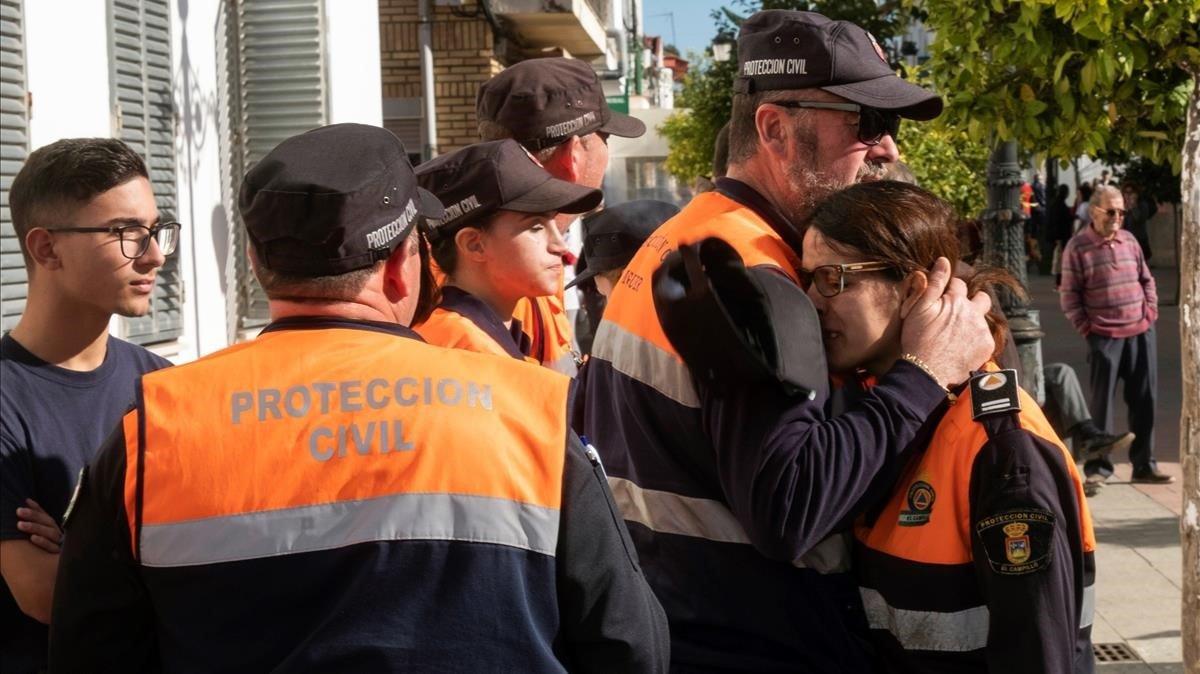 Miembros de Protección Civil se consuelan tras enterarse del hallazgo del cadáver de Laura Luelmo.