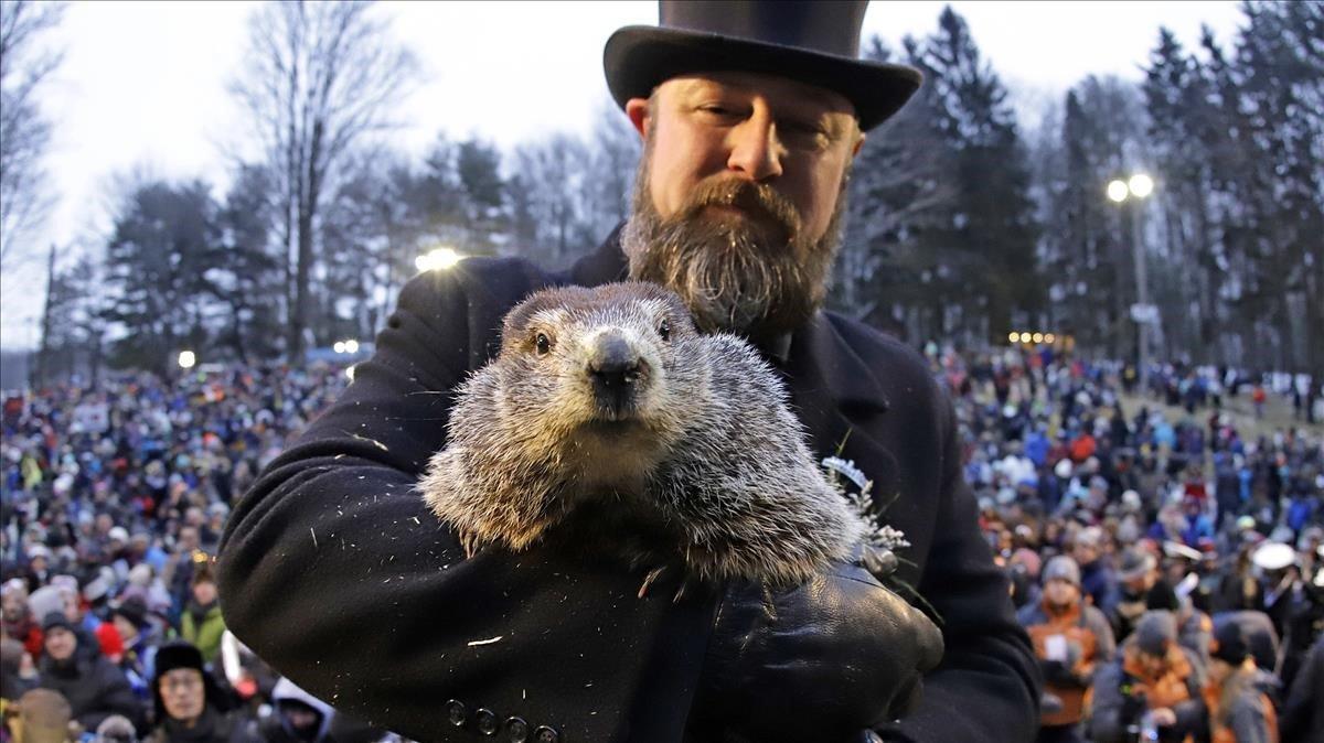 Al Dereume sostiene a la marmota Phil.