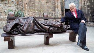 El padre Ángel, junto a la escultura Jesús homeless.