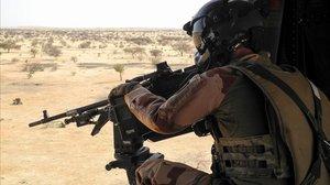 Un soldado francés en un helicóptero en la región del Sahel.