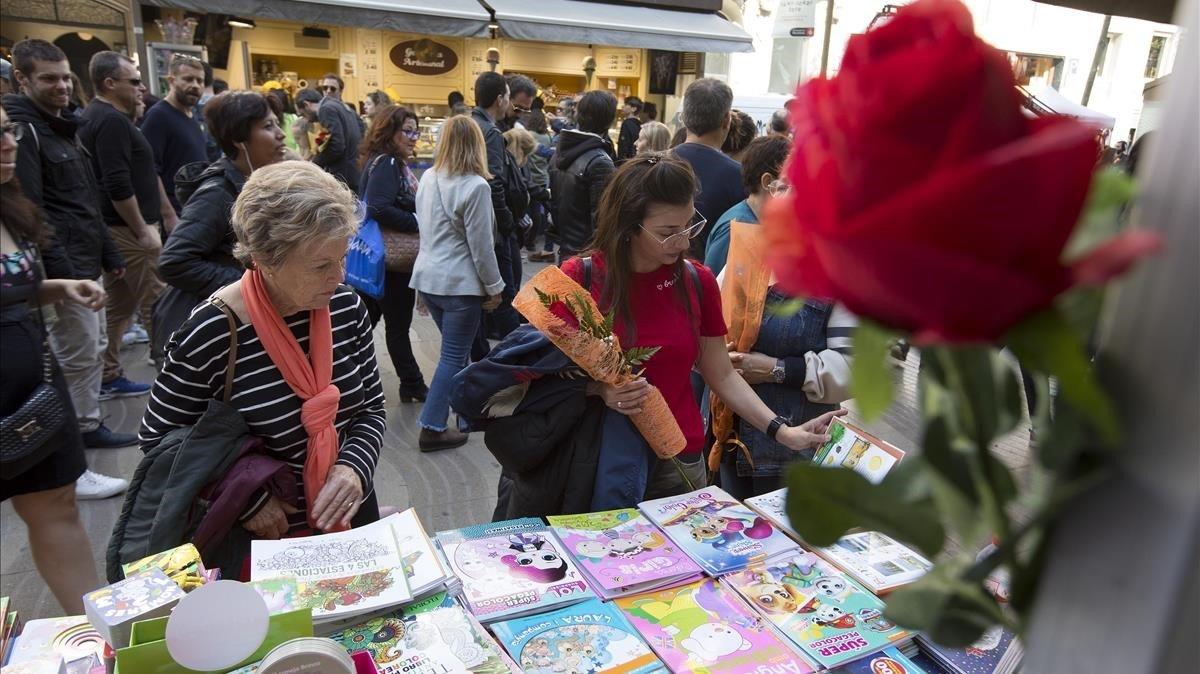 Libros y rosas en Sant Jordi 2019.
