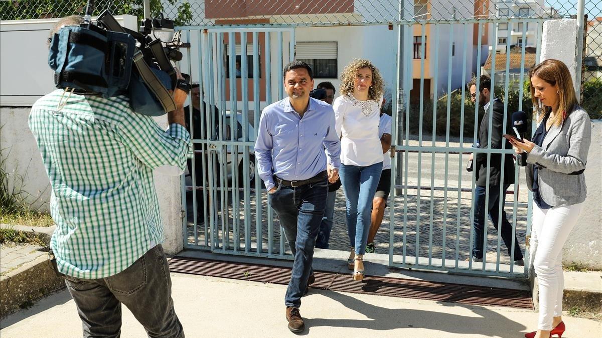 El candidato socialista Pedro Marques y su mujer Cecilia Seias llegan a su colegio electoral cerca de Lisboa.