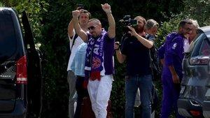 Franck Ribery saluda a su llegada a Florencia.