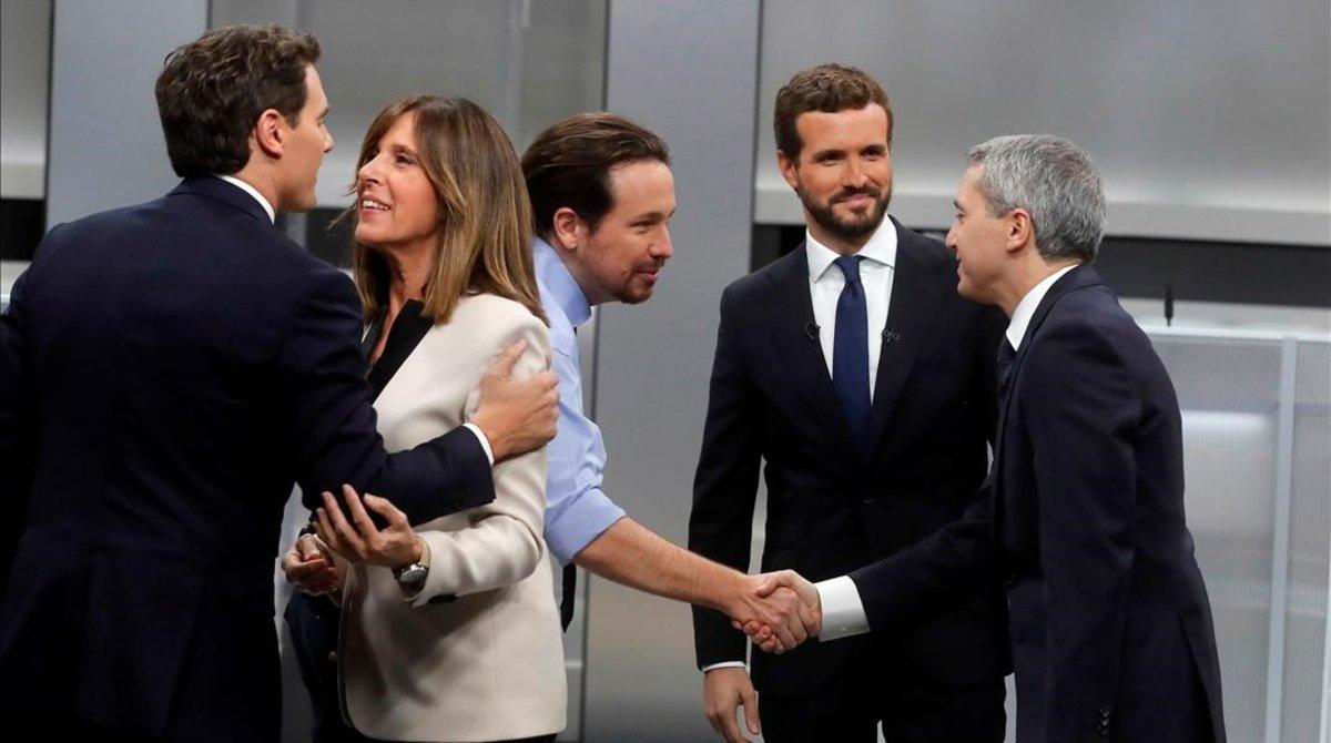 Saludo de los candidatos en el debate.