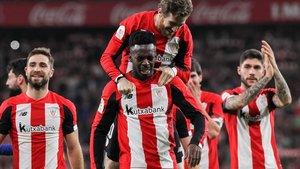 Los jugadores del Athletic de Bilbao celebrando su puesto en la semifinal.