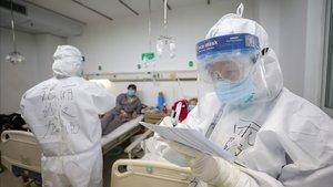 Dos trabajadores médicos trabajan en el hospital deJinyintan, en la provincia de Hubei.