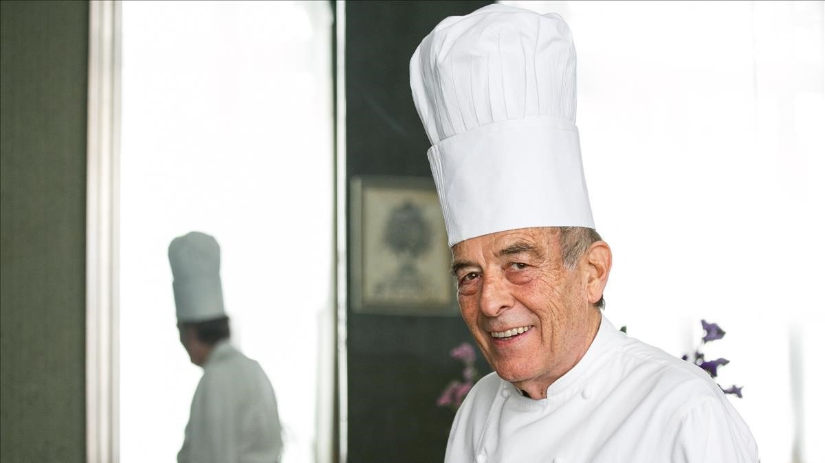 El cocinero Francesc Fortí y su reflejo en El Racó d'en Binu, en Argentona.