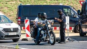 Punto de control de los Mossos d'Esquadra en la salida de la autovía A-2 a la altura de Torrefarrera (Segrià).