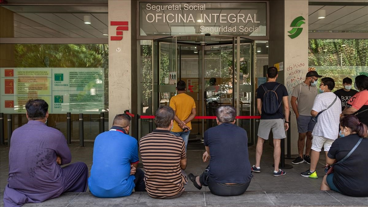Una decena de personas haciendo cola este miércolesen una oficina de la Seguridad Social de Barcelona.