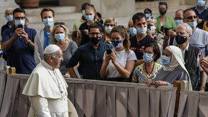 El Papa Francisco pasa delante de los fieles que este miércoles acudieron a la audiencia de los miércoles.