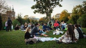 Familias y amigos hacen picnic en el paque de la Ciutadella mientras los bares y restaurantes permanecen cerrados.