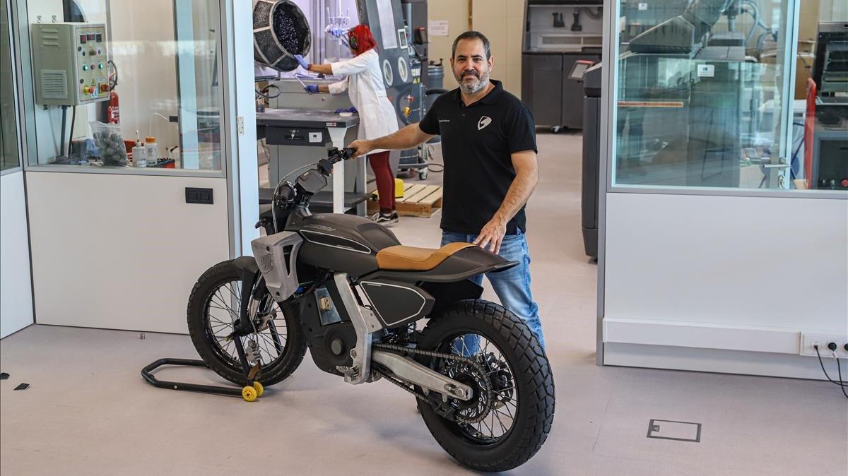 Jim Palau-Ribes, con su prototipo de Pursang, la moto eléctrica que fabrica su start-up de Barcelona que estará en el mercado en enero.