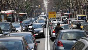 Vehículos circulando por la ciudad.