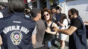 Detención de un participante en la marcha del orgullo gay en Estambul el 25 de junio del 2017.