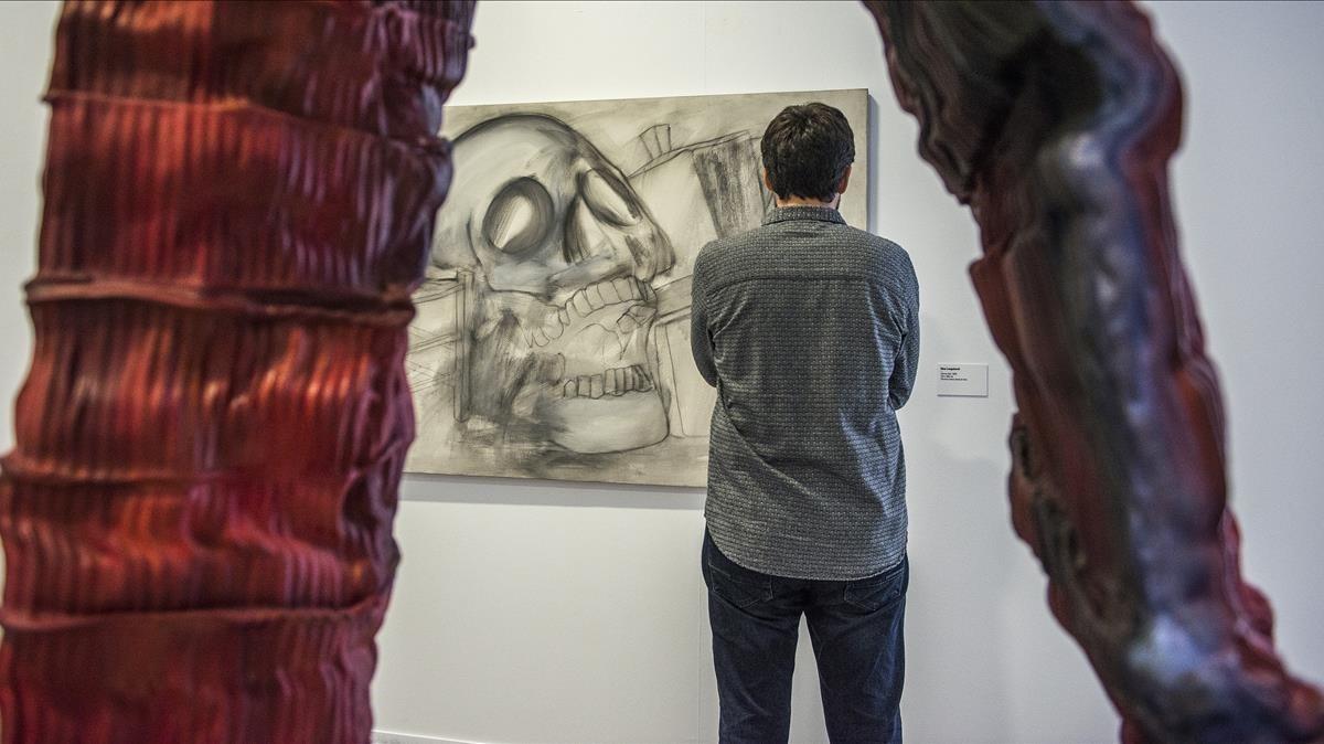 Fotos de Joan Miró mientras dedica piezas a Vijander, expuestas en la muestra de la Fundació Suñol.