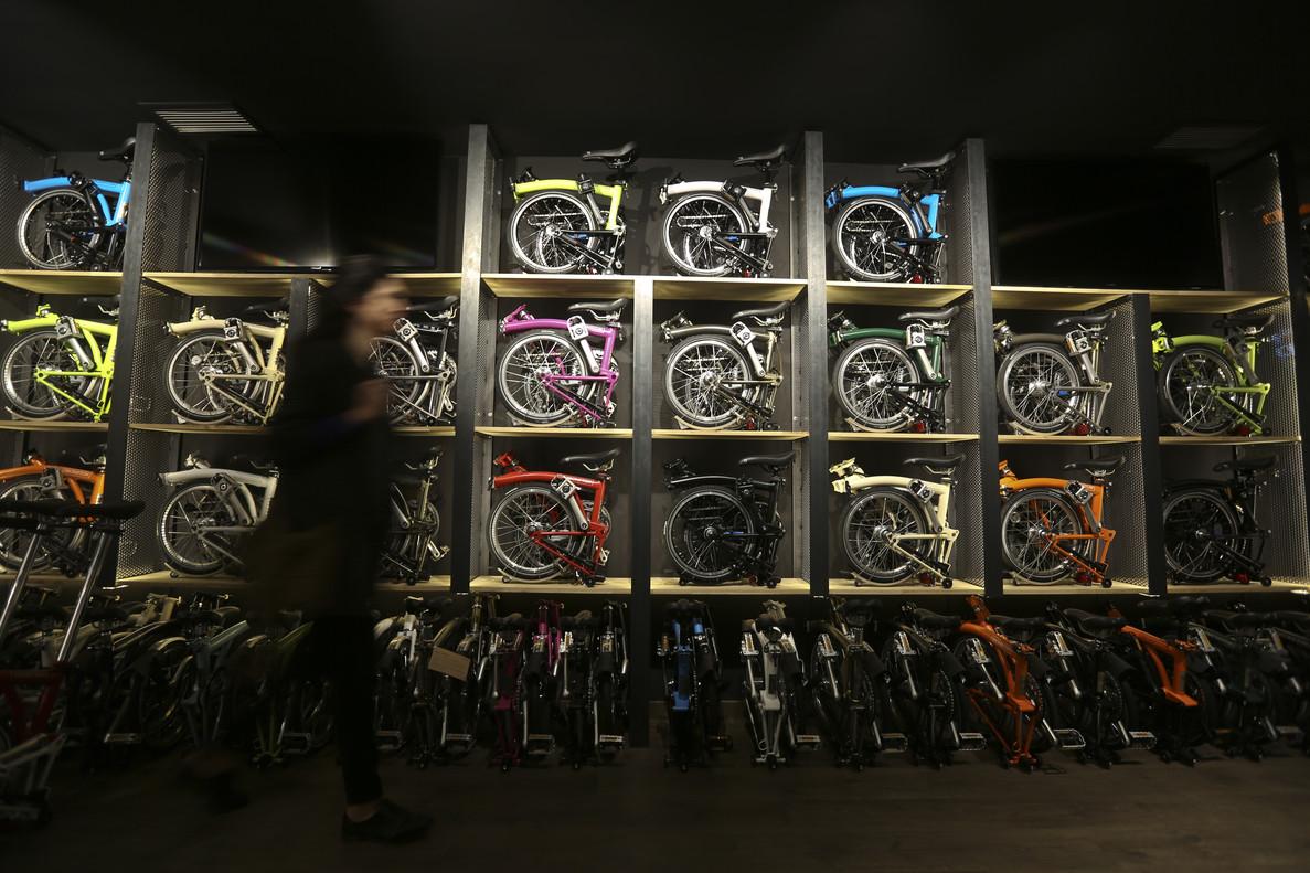 El expositor central de la nueva tienda Brompton, de la calle de la Diputació, con las bicicletas plegadas.