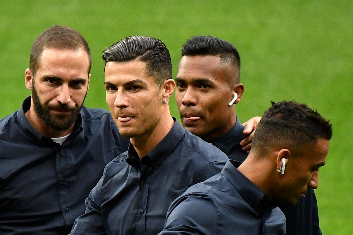 Cristiano Ronaldo (2i) este martes en el Wanda Metropolitano rodeado de sus compañeros Higuaín (i) y Alex Sandro.