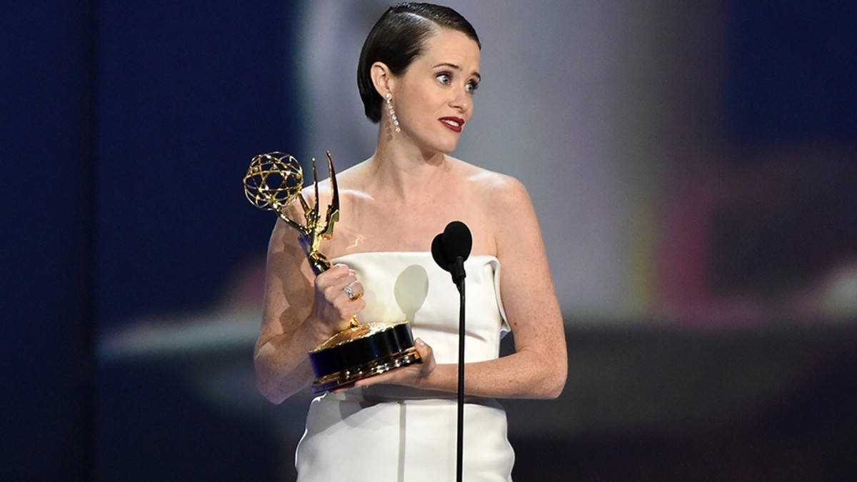 Claire Foy recoge el Emmy 2018 ala mejor actriz protagonista de serie dramática por 'The Crown'.