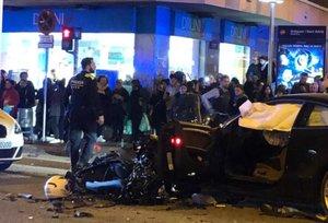 Vecinos de Badalona observan los vehículos implicados en el accidente.