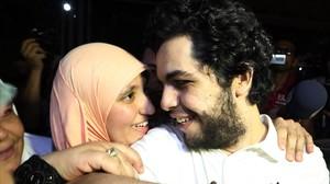 Abdalá al Shami, junto a su mujer, tras ser liberado en El Cairo, este martes.