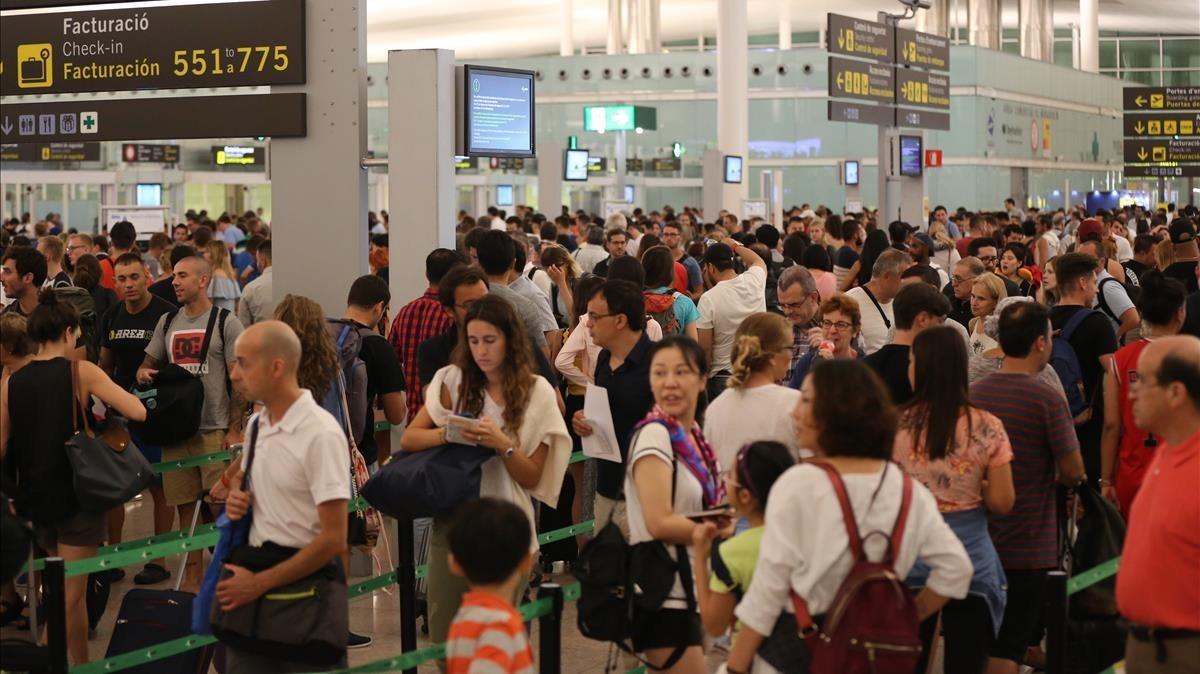 Viajeros en el aeropuerto de El Prat.