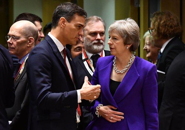 El presidente del Gobierno, Pedro Sánchez, junto a la primera ministra británica, Theresa May.