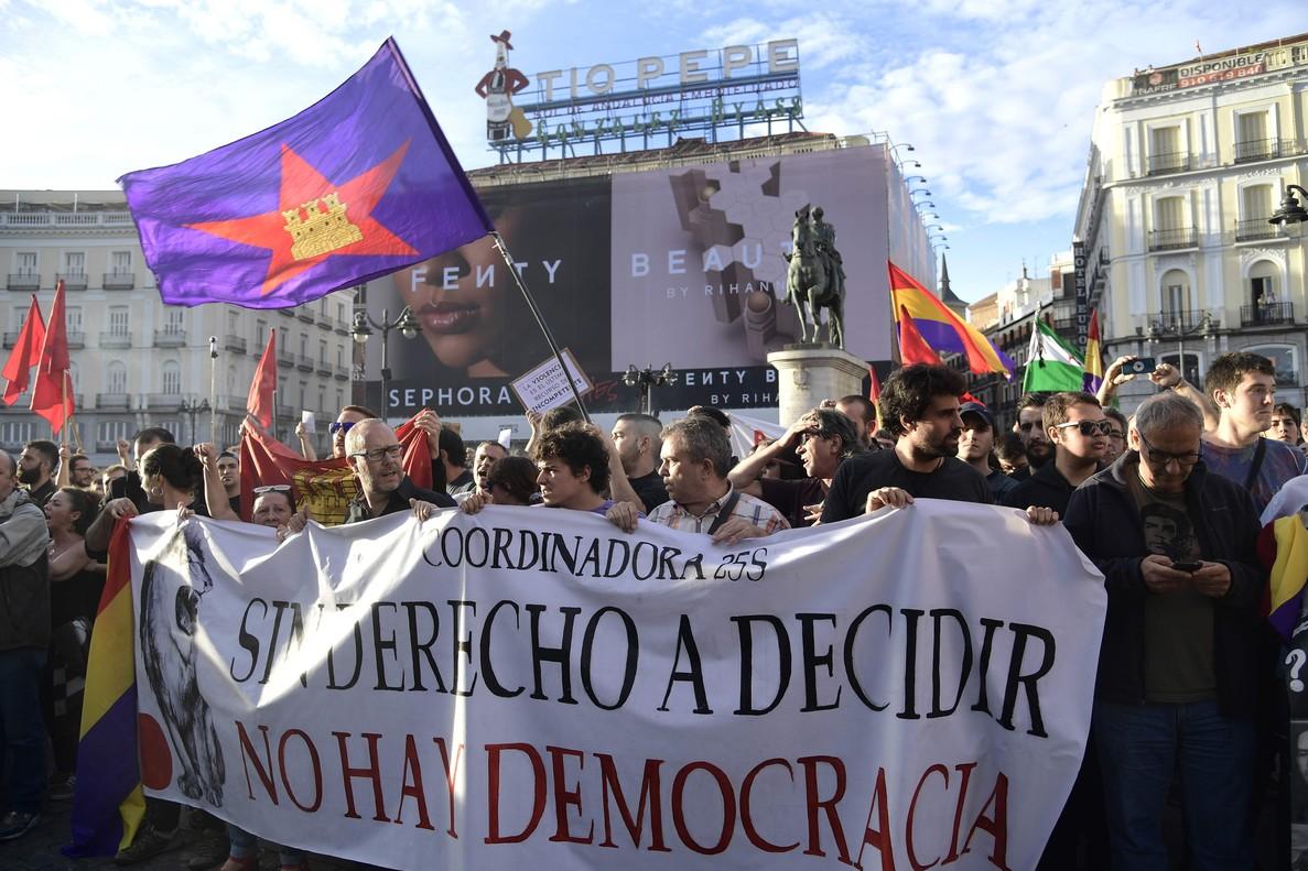 """Madrid entona el """"Votarem"""": centenars de persones donen el seu suport al referèndum"""