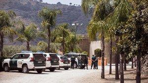 Agentes de la Guardia Civil frente al domicilio de Dana Leonte