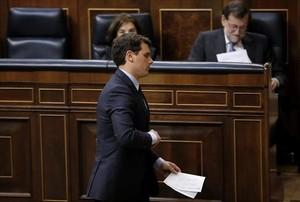 Albert Rivera, en primer plano, en una sesión del Congreso. Detrás, Mariano Rajoy y Soraya Sáenz de Santamaría.