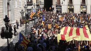 Ambiente en la plaza de Sant Jaume ante la comparecencia de Puigdemont, este jueves, al mediodía.