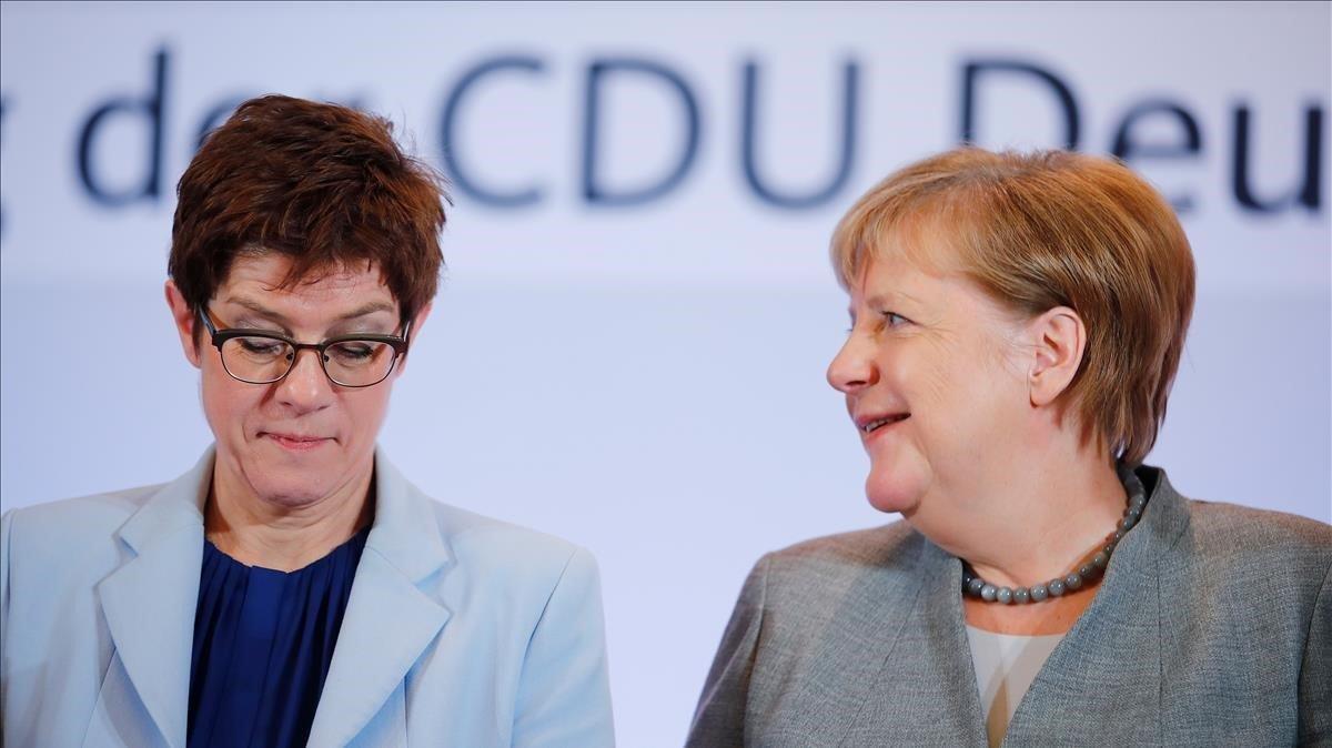 Annegret Kramp-Karrenbauer y Angela Merkel, este jueves, a su llegada a Leipzig para acudir al congreso de la CDU.