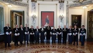 GRAF9497. MADRID, 10/9/2018.- El Rey Felipe VI posa en la foto de familia, junto al presidente del Consejo General del Poder Judicial, Carlos Lesmes (7i), tras la ceremonia de apertura del Año Judicial, que ha tenido lugar hoy en la sede del Tribunal Supremo. EFE/Angel Díaz ***POOL***